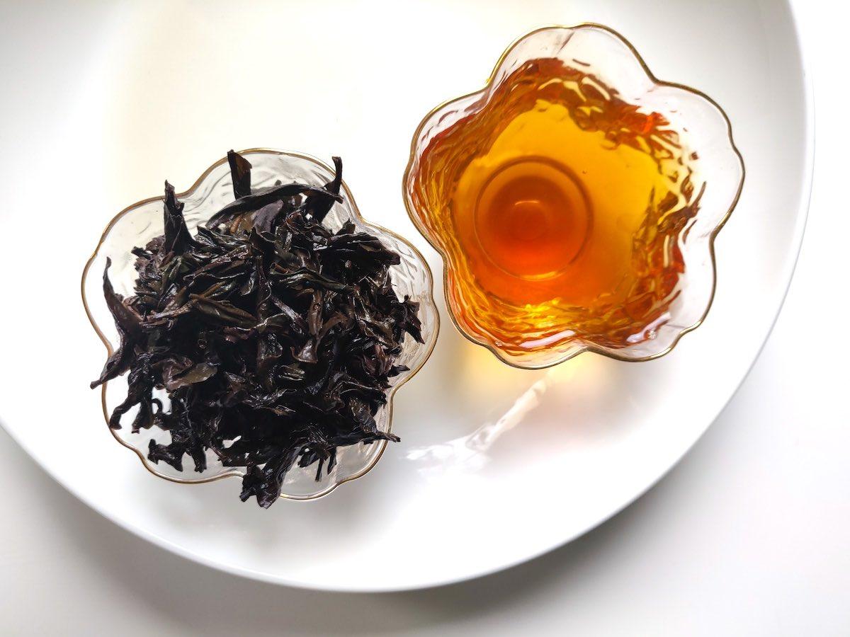 da hong pao gebrouwde thee en natte bladeren kopje