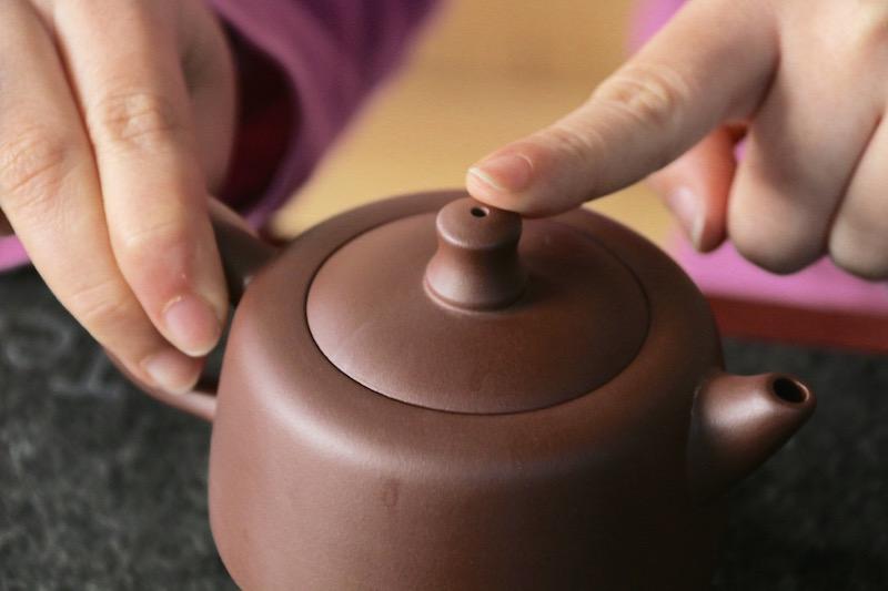 how to hold a zisha teapot 2 hand method